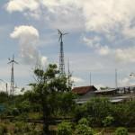 Instalasi turbin angin dan panel surya di pesisir Pantai Baru Bantul memberikan asupan energi murah dan ramah lingkungan | Foto: Tommy Apriando