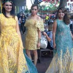 Model memeragakan pakaian daur ulang karya perancang muda Brasil, Iaskara Isadora di kawasan Savassi, Belo Horizonte, Jumat (27/6/2014)   Foto: Tribunnews/Yudie Thirzano