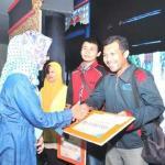 KETUA Jurusan Arsitektur Fakultas Teknik Unsyiah, Dr Izziah menyerahkan hadiah kepada salah seorang pemenang karya tulis jurnalistik, di Gedung AAC Dayan Dawood, Darussalam, Banda Aceh, Jumat (12/12/2014) malam | Foto: serambinews