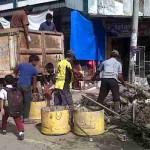 Petugas membersihkan sampah akibat banjir di Lhoksukon  | Foto: Chairul Sya'ban
