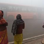 Penumpang di India menunggu bus di pagi hari yang penuh dengan polusi di New Delhi   Foto: int