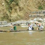 Leonardo DiCaprio dan Adrien Brody menyebrang sungai alas | Foto: http://gunungleuser.or.id