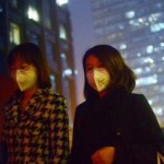 Dua wanita yang sedang memakai masker berjalan keluar dari sebuah gedung pada suatu hari yang sedang dilanda pencemaran tingkat tinggi di Beijing| Foto: WANG ZHAO / AFP / GETTY IMAGES