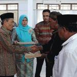 Yusri A. Malik menyerahkan tiga Surat Keputusan (SK) Bupati Pidie tentang Penetapan Batas Wilayah Mukim di Kabupaten Pidie kepada Imum Mukim | Foto: ist